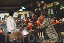 """В нач. XX в. Нганг Тонг Буун, шеф-бармен """"Бара писателей"""", придумал знаменитый коктейль Singapore Sling. Пили в то время этот коктейль как горячим, так ..."""