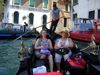 У гондолы всего одно весло, исторически это было вызвано узостью каналов, в которых двухвесельные лодки не смогли бы разойтись. Весло держится в замке ...