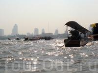 как-то необычно наблюдать высотки современного Бангкока на горизонте и традиционные лодки на реке Чао Прайя