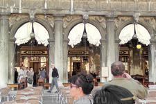"""""""Florian"""" - самое дорогое кафе Венеции, да и во всей Италии. Во времена австрийского правления его предпочитали патриоты, кафе напротив - """"Qadri"""",- любили ..."""