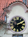 Гуляя по улочкам Праги можно ошибиться со столетием, но с часом - никогда. Часы в Праге наличествуют везде, на соборах, на магазинах и даже просто стоят ...