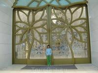 В мечети. Рядом с такими дверями чувствуешь себя букашкой