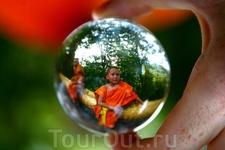 Буддийский монах в хрустальном шаре, Лаос