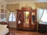 Большой зеркальный платяной шкаф в комнате Софьи Александровны.