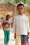 дети фотографировались за конфеты, потому что на Мадагаскаре есть поверье, что фотографируя, фотограф забирает часть души