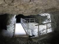 """Существует окультуренный проход через выработку: здесь горизонтальный ход пересекает вертикальная шахта, на 20-ти метровой глубине которой лежит """"вечный ..."""