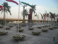 Площадка перед ТЦ Дубай Молл