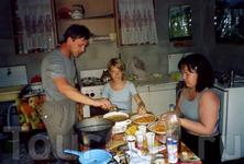 По дороге на Юга, мы прикупили грибочки - лисички, потом местных аборигенов кормили грибным супчиком =)