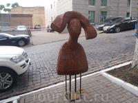 Скульптура перед художественным салоном..
