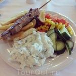 Великолепная греческая кухня - много мяса, овощей и, конечно, дзадзики. Рекомендую всем! Ради нее одной (греческой кухни) - уже смело можно отправляться ...