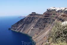 о. Санторини. Белоснежные домики выстроились на вершине вулканической скалы