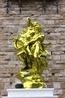 Золотосияющее нечто недавно установленное на площади Синьёри, полностью, по-моему, испортившее весь её вид.