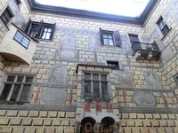 Внутренние дворы Крумловского замка отличются красивыми стенами с великолепной росписью на мифологические темы – работы знаменитого художника – Габриэля ...