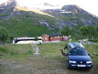 К вечеру почти доехали до Лофотен и остановились в кемпинге Gullesfjordbotn. Стоимость ночевки 100 NOK, но горячий душ бесплатно!