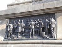 """Памятник Адмиралу Нахимову. В нижней части постамента выполнены три бронзовых горельефа, отображающих боевые эпизоды жизни адмирала: """"Синопский бой"""", """"Беседа ..."""
