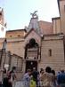 """Церковь Санта Мария Антика(""""старая"""" церковь Девы Марии)-перед ее фасадом живописное кладбище владык Вероны."""
