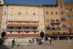 """Площадь Кампо. На площади необычный фонтан в форме прямоугольного бассейна,называется """"Фонте Гая""""-фонтан Радости,выстроен в 1346 году,  а  в 1419 году ..."""
