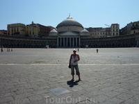 Площадь Плебисцита в Неаполе. Пока я меняла кадр, на площадь пришла манифестация с флагами и выкриками. Неаполитанцы очень социально активны..:))