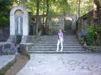 Во дворе часовни искусственный ручей с водопадом, мозаичной иконой святого