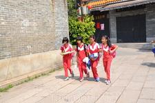 Хуанпу Дети в школу ходят в спортивных костюмах