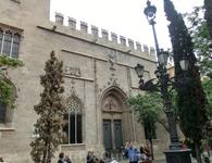 Площадь небольшая, но на ней, кроме рынка, расположились еще два красивейших здания. Первое это здание старинной торговой биржи La Lonja de la Seda. Из ...