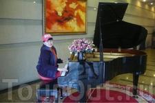 В холле гостиницы Чжуншань, Далянь