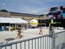 А эти финские девчонки играют в пляжный волейбол прямо в центре города.  День здоровья у них!