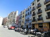 От La Plaza Mayor в нижнюю часть города ведет яркая, праздничная улица имени Alfonso VIII.