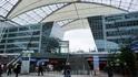 Мюнхенский аэропорт, вид на вход в терминал 1 и на электричку до города.