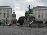 Брюссель. На Королевской площади,перед  церковью  Святого  Иакова  Куденберга(фото сделано так,что она не видна),  конная статуя Годфрида де  Булон (Godfried van Bouillon),1076-1096.Герцог  нижней  Ло