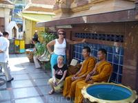 К тайским монахам нельзя прикасаться женщинам, чтобы не осквернить их
