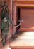 Взгляд зацепился за кованые дверные ручки, а еще такие же кованые защелки на окнах, только у них более хитрая поворотная конструкция.