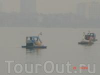Озеро Хотэй. Можно взять на прокат лодку в виде лебедей и поплавать по озеру.