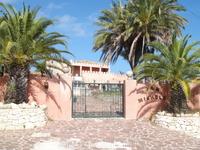 непривычный для Испании дом в коралловом цвете