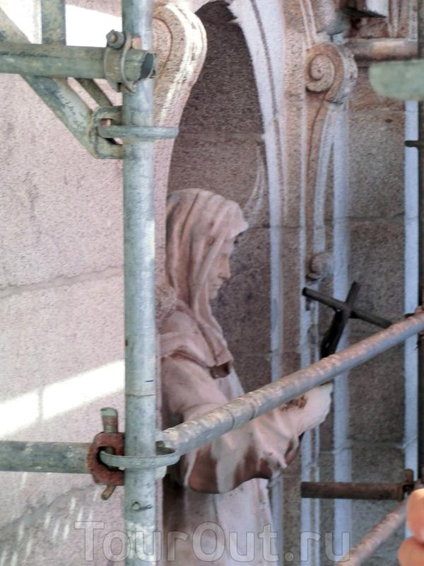 Главным украшением фасада церкви кроме колонн и портиков являются скульптуры, а также резные орнаменты и барельефы.  Задача реставраторов вернуть им прежний облик, почистить и по возможности защитить от непогоды и птиц. Над входом в церковь в двух нишах ...