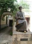 Это памятник Маймониду - врачу, теологу и философу.