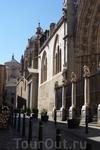 Кафедральный собор Девы Марии.Собор построен из серого гранита, добываемого в деревне Olias del Rey (провинция Толедо). Собор известен как Dives Toletana, что означает «богатый Толедский&quot.