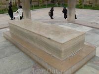 Надгробие Хафеза Наверное Персия-единственная страна,где столько мавзолеев  воздвигнуто в честь поэтов. Поражает большое количество людей,которые приходят ...