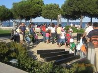 Детская площадка на набережной Лиссабона в воскресный день.