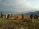 Камни стоят по кругу.