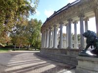Также львы разместились возле проходов к полукружиям колоннады. Их авторы - Francisco Javier Escudero Lozano, Bofill, Arnau и Ко.