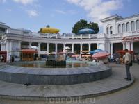 Колоннада - с нее начинается курортный парк