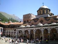 Весь комплекс монастыря занимает прямоугольную территорию в 8800 м², центром её является внутренний двор, где расположены башня и главная церковь.