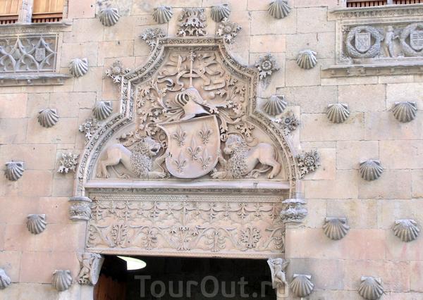 Главный вход в дом естественно тоже украшен богатым орнаментом, здесь и гебр с лилиями семьи Мальдонадо, поддерживаемый львами, и сирены, и ангелочки, украшающие всю конструкцию.  Дом и правда фантастически красивый, я очень долго на него глазела. Внутри ...