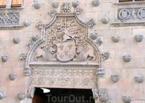 Главный вход в дом естественно тоже украшен богатым орнаментом, здесь и гебр с лилиями семьи Мальдонадо, поддерживаемый львами, и сирены, и ангелочки, ...