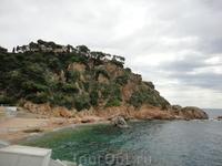 Вид на пляж у подножья горы на котрой находится ботанический сад