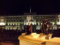 Букингемский дворец в ночном свете выглядит загадочно и чарующе