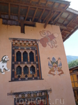 """Бутан. дома местных жителей, стены которых """"украшены"""" орнаментами фаллоса. Считается, что его изображения способны охранять дом от злых духов"""