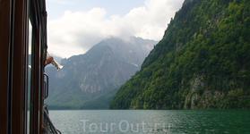 Дуэт трубы и эха - катер останавливают на середине озера и трубач игрет совместно с эхом.