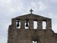 Башня колокольни высотой 34 м. является опознавательным знаком поселка.